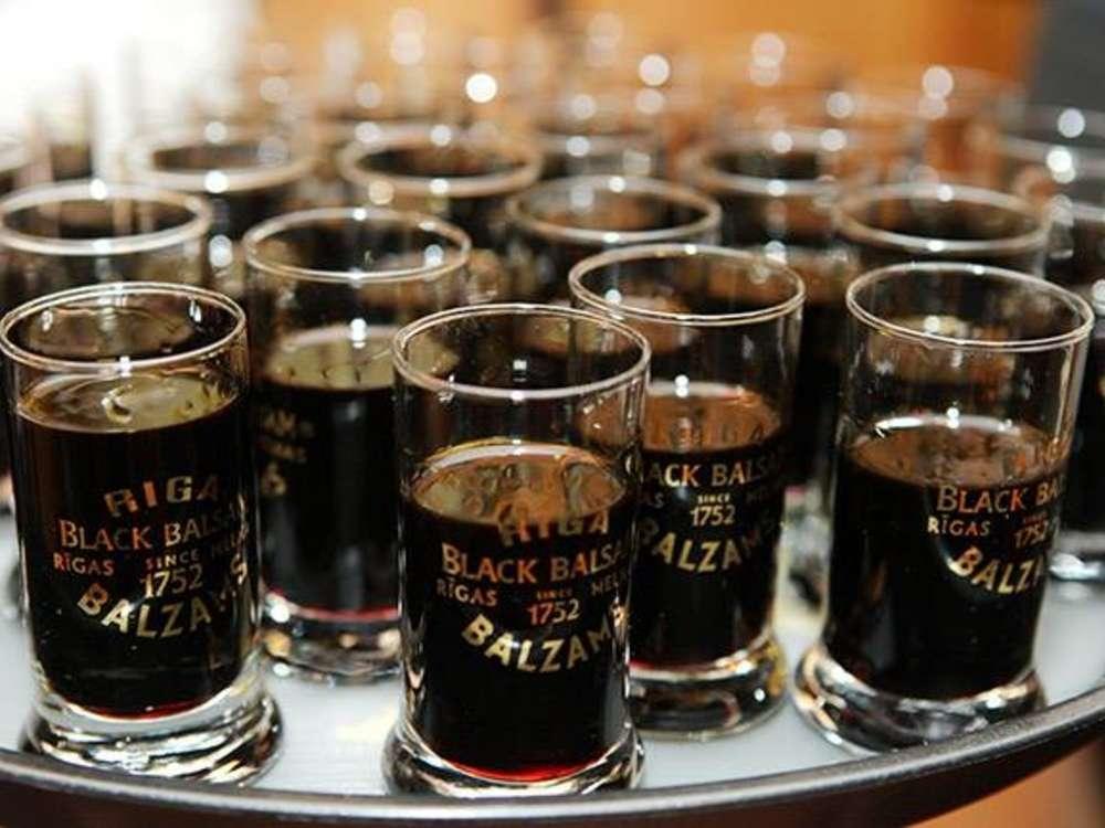 Black Balsam - Rượu đắng vị thảo mộc ở Latvia